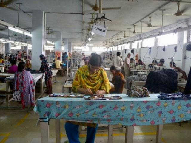 Fábrica de ropa en Dhaka Bangladesh. Crédito de la foto Tareq Salahuddin/Wikimedia Commons