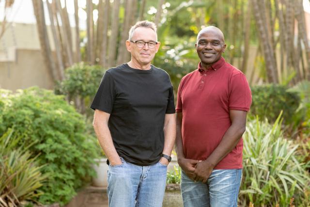 Richard Dobson y Patric Ndlovu cofundadores de Asiye eTafuleni. Foto por Kyle Laferriere