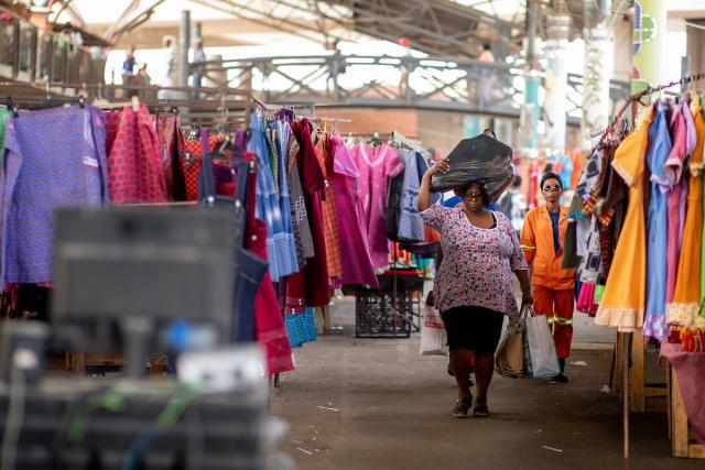 Casi medio millón de compradores pasan por el mercado de Warwick Junction de Durban todos los días. Foto de Kyle Laferriere.