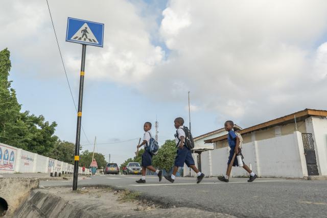 Los niños en el África subsahariana tienen el doble de probabilidades de morir en un accidente de tránsito que los niños en otras partes del mundo. Los cruces designados como el de arriba ayudan a que los estudiantes caminen a la escuela más seguros. Foto de Kyle Laferriere.
