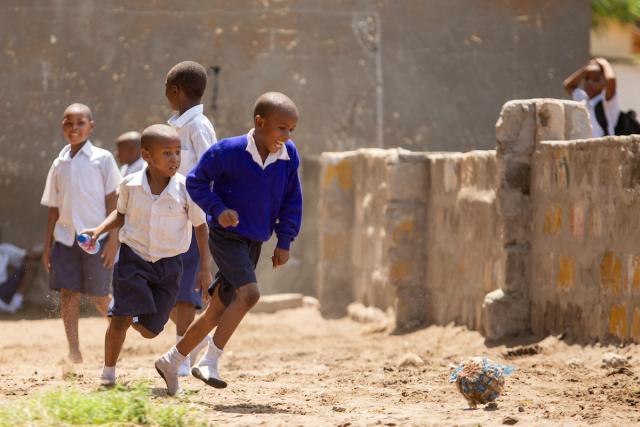 Los niños juegan en el patio de la escuela primaria Mikumi en Dar es Salaam, Tanzania. Foto de Kyle Laferriere.