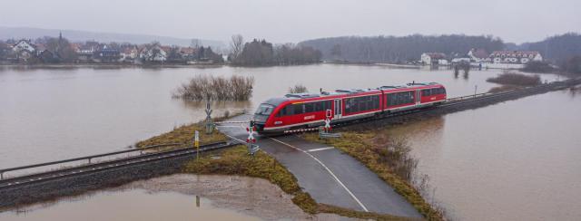 Un camino inundado que cruza con un ferrocarril, en 2021, en Alemania. Foto: bear_productions/Shutterstock