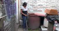 Karina Sagaón García, vecina de la colonia Campestre Potrero, en la alcaldía Iztapalapa, es una de las beneficiarias del programa Cosecha de Lluvia de la Ciudad de México. Crédito de foto: SEDEMA.