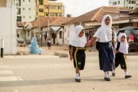 El programa SARSAI ayuda a que sea más seguro para los niños en Dar es Salaam, Tanzania, caminar a la escuela. Foto de Kyle Laferriere.