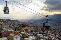 Metrocable conecta barrios de la ladera al centro. Foto por Kyle Laferriere